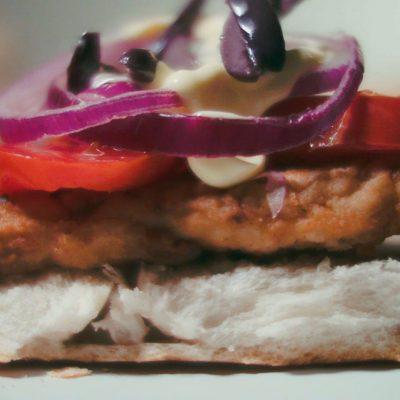 Gastronomia Region de Arica y Parinacota sandwich pescado con aceitunas del Valle de Azapa